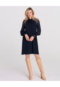 LA MANIA - Granatowa sukienka z wiązaniem Ayona. Okazja: na co dzień. Typ kołnierza: kokarda. Kolor: niebieski. Materiał: materiał. Typ sukienki: proste. Styl: elegancki, casual