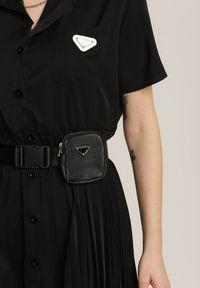 Renee - Czarna Sukienka Isethis. Okazja: na co dzień. Kolor: czarny. Długość rękawa: krótki rękaw. Wzór: aplikacja. Typ sukienki: proste, plisowane, sportowe, szmizjerki. Styl: sportowy, casual. Długość: mini