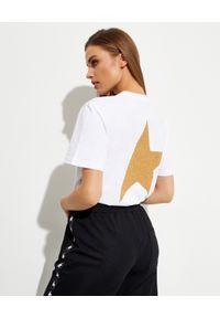 GOLDEN GOOSE - T-shirt ze złotym logo Star. Typ kołnierza: dekolt na plecach. Kolor: biały. Materiał: bawełna. Wzór: napisy, aplikacja. Styl: klasyczny