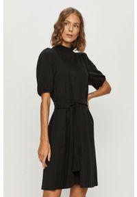 Czarna sukienka Vero Moda na co dzień, dopasowana