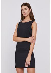Czarna sukienka na ramiączkach, dopasowana