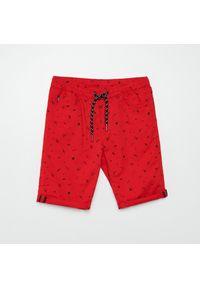 Cropp - Szorty z nadrukiem all over - Czerwony. Kolor: czerwony. Wzór: nadruk