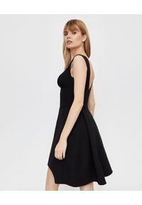 Czarna sukienka mini Alexander McQueen rozkloszowana, elegancka, na ramiączkach