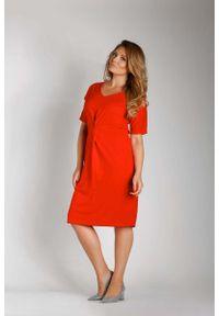 Nommo - Czerwona Dopasowana Sukienka z Ozdobnym Marszczeniem PLUS SIZE. Kolekcja: plus size. Kolor: czerwony. Materiał: bawełna, poliester. Typ sukienki: dla puszystych