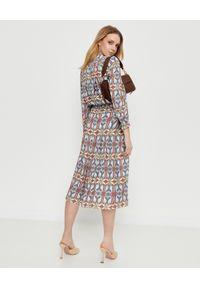 Tory Burch - TORY BURCH - Plisowana sukienka z geometrycznym wzorem. Okazja: na co dzień. Kolor: brązowy. Materiał: materiał, guma. Długość rękawa: długi rękaw. Wzór: geometria. Styl: casual. Długość: midi