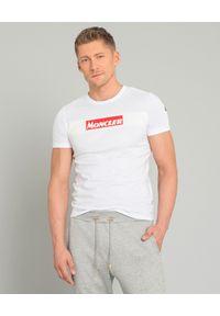 MONCLER - Biały t-shirt z logo. Okazja: na co dzień. Kolor: biały. Materiał: jeans, materiał, bawełna. Styl: casual, klasyczny, sportowy