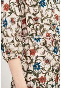 Marie Zélie - Sukienka Lila Cantilena pudrowa. Typ kołnierza: dekolt w kształcie V. Materiał: materiał, skóra, tkanina, poliester, wiskoza. Wzór: napisy. Typ sukienki: proste