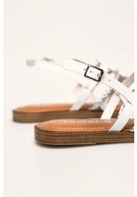 Białe sandały Tamaris na klamry, bez obcasa
