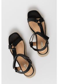 Answear Lab - Sandały Woman Key. Zapięcie: rzepy. Kolor: czarny. Materiał: guma. Obcas: na platformie. Styl: wakacyjny