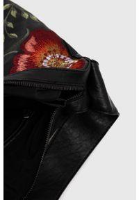 Desigual - Torebka. Kolor: czarny. Wzór: haft. Dodatki: z haftem. Rodzaj torebki: na ramię