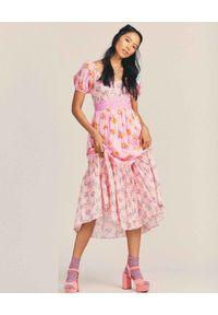 LOVE SHACK FANCY - Różowa sukienka Angie. Typ kołnierza: dekolt kwadratowy. Kolor: różowy, wielokolorowy, fioletowy. Materiał: bawełna, jeans. Wzór: kwiaty, aplikacja, nadruk. Sezon: lato. Długość: midi