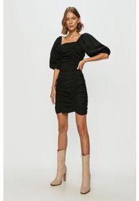 Czarna sukienka Vero Moda z długim rękawem, z dekoltem typu hiszpanka, prosta