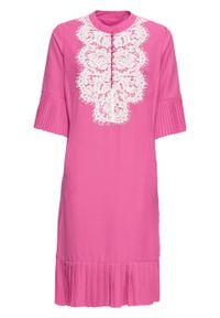 Różowa sukienka bonprix ze stójką, w koronkowe wzory