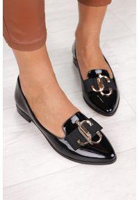 PRO-MODA - Czarne półbuty lordsy lakierowane z metalową ozdobą polska skóra pro-moda 2588/035. Kolor: czarny. Materiał: skóra, lakier. Wzór: aplikacja