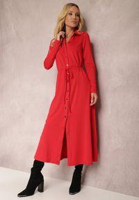 Renee - Czerwona Sukienka Evelle. Okazja: na co dzień. Typ kołnierza: dekolt w kształcie V. Kolor: czerwony. Materiał: dzianina. Typ sukienki: koszulowe. Styl: klasyczny, elegancki, casual. Długość: midi