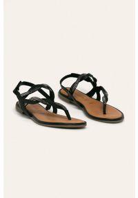 Czarne sandały Tamaris na klamry, bez obcasa