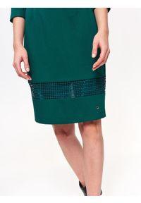 TOP SECRET - Sukienka damska z aplikacją. Kolor: zielony. Materiał: tkanina. Długość rękawa: krótki rękaw. Wzór: aplikacja. Sezon: lato, wiosna. Styl: elegancki