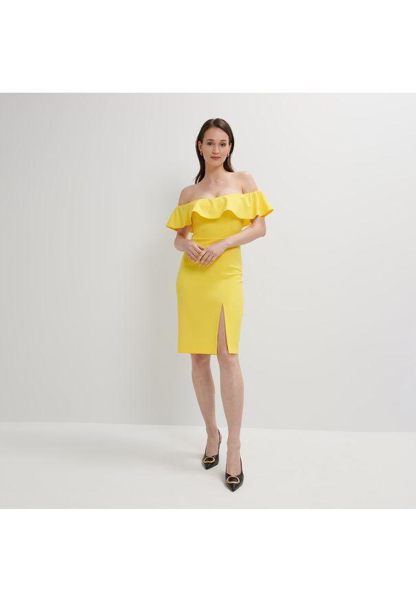 Mohito - Dopasowana sukienka hiszpanka - Żółty. Typ kołnierza: dekolt hiszpanka. Kolor: żółty