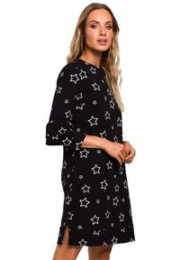 MOE - Dzianinowa sukienka z modnym nadrukiem. Typ kołnierza: kołnierz z falbankami. Materiał: dzianina. Wzór: nadruk. Typ sukienki: proste. Długość: mini