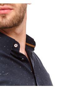 TOP SECRET - Koszula z tkaniny strukturalnej. Okazja: na co dzień, do pracy. Typ kołnierza: kołnierzyk klasyczny. Kolor: niebieski. Materiał: tkanina. Długość: długie. Wzór: aplikacja. Sezon: zima. Styl: casual, klasyczny