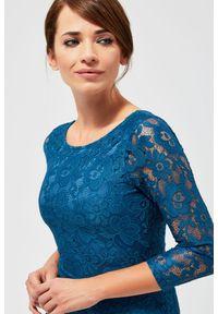 Zielona sukienka MOODO w koronkowe wzory, prosta