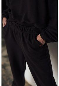 MUUV. - Spodnie Mild Cotton. Stan: podwyższony. Kolor: brązowy. Materiał: dzianina, materiał. Sezon: lato, wiosna