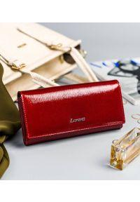 LORENTI - Lakierowany portfel czerwony Lorenti 72037-SH NAPIS RED. Kolor: czerwony. Materiał: skóra. Wzór: napisy