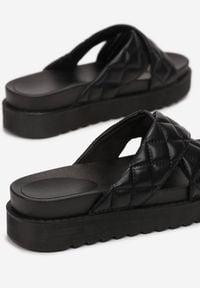 Renee - Czarne Klapki Laonise. Nosek buta: otwarty. Kolor: czarny. Materiał: guma. Wzór: paski. Obcas: na platformie