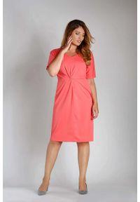 Nommo - Malinowa Dopasowana Sukienka z Ozdobnym Marszczeniem PLUS SIZE. Kolekcja: plus size. Kolor: różowy. Materiał: bawełna, poliester. Typ sukienki: dla puszystych