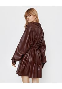 NANUSHKA - Sukienka Joy ze skóry wegańskiej. Kolor: brązowy. Materiał: skóra. Styl: klasyczny, elegancki. Długość: mini