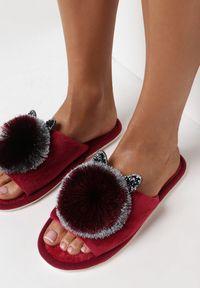 Born2be - Czerwone Kapcie Lypho. Nosek buta: otwarty. Zapięcie: bez zapięcia. Kolor: czerwony. Materiał: dresówka, dzianina, guma. Wzór: aplikacja