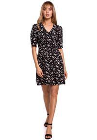 MOE - Krótka Sukienka w Kwiatki z Zakładką na Rękawie - Model 8. Materiał: wiskoza. Wzór: kwiaty. Długość: mini