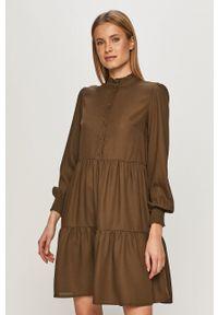 Pieces - Sukienka. Typ kołnierza: kołnierzyk stójkowy. Kolor: zielony. Materiał: tkanina. Długość rękawa: długi rękaw. Wzór: gładki. Typ sukienki: rozkloszowane