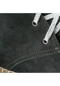 Neścior - Botki NEŚCIOR - 098-B Grafit Zamsz/Czar.Pa. Kolor: szary. Materiał: skóra, zamsz. Szerokość cholewki: normalna. Wzór: aplikacja, jednolity. Sezon: zima, jesień