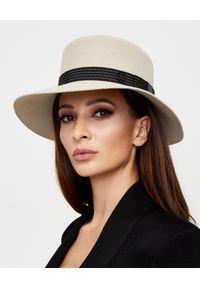 MAISON MICHEL PARIS - Beżowy kapelusz. Kolor: niebieski. Materiał: materiał. Wzór: paski, aplikacja. Styl: elegancki, klasyczny