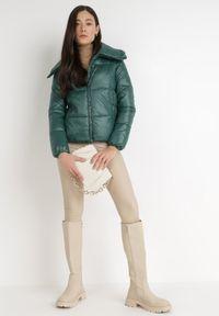Born2be - Ciemnozielona Kurtka Azaererris. Typ kołnierza: golf. Kolor: zielony. Materiał: tkanina. Długość: długie