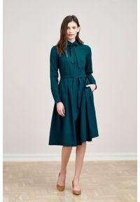Marie Zélie - Sukienka Leandra ciemna zieleń. Typ kołnierza: kokarda. Materiał: bawełna, wiskoza, tkanina, materiał. Długość rękawa: długi rękaw