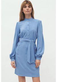 Nife - Prosta koszulowa sukienka szmizjerka na stójce niebieska. Typ kołnierza: kołnierzyk stójkowy. Kolor: niebieski. Materiał: materiał. Typ sukienki: proste, szmizjerki, koszulowe