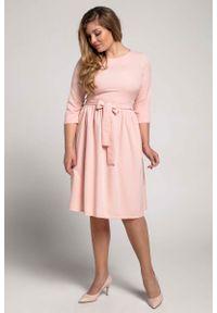 Nommo - Łososiowa Klasyczna Sukienka z Marszczonym Dołem PLUS SIZE. Kolekcja: plus size. Kolor: różowy. Materiał: wiskoza, poliester. Typ sukienki: dla puszystych. Styl: klasyczny