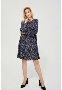 MOODO - Dzianinowa sukienka z nadrukiem. Okazja: do pracy, na co dzień. Materiał: dzianina. Wzór: nadruk. Typ sukienki: proste, trapezowe. Styl: casual