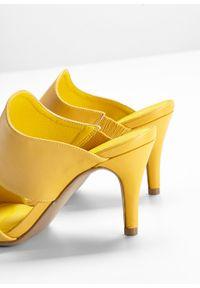 Klapki bonprix żółty. Kolor: brązowy