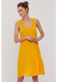 Vero Moda - Sukienka. Okazja: na co dzień. Kolor: pomarańczowy. Materiał: dzianina, poliester. Długość rękawa: na ramiączkach. Wzór: gładki. Typ sukienki: proste. Styl: casual