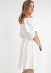 Born2be - Biała Sukienka Zaehorin. Typ kołnierza: dekolt hiszpanka. Kolor: biały. Długość: mini