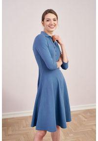 Marie Zélie - Sukienka Polo stalowoniebieska – trapezowa. Okazja: do pracy, na co dzień. Typ kołnierza: polo. Kolor: niebieski. Materiał: bawełna, dzianina, materiał. Typ sukienki: trapezowe. Styl: wakacyjny, sportowy, klasyczny, casual