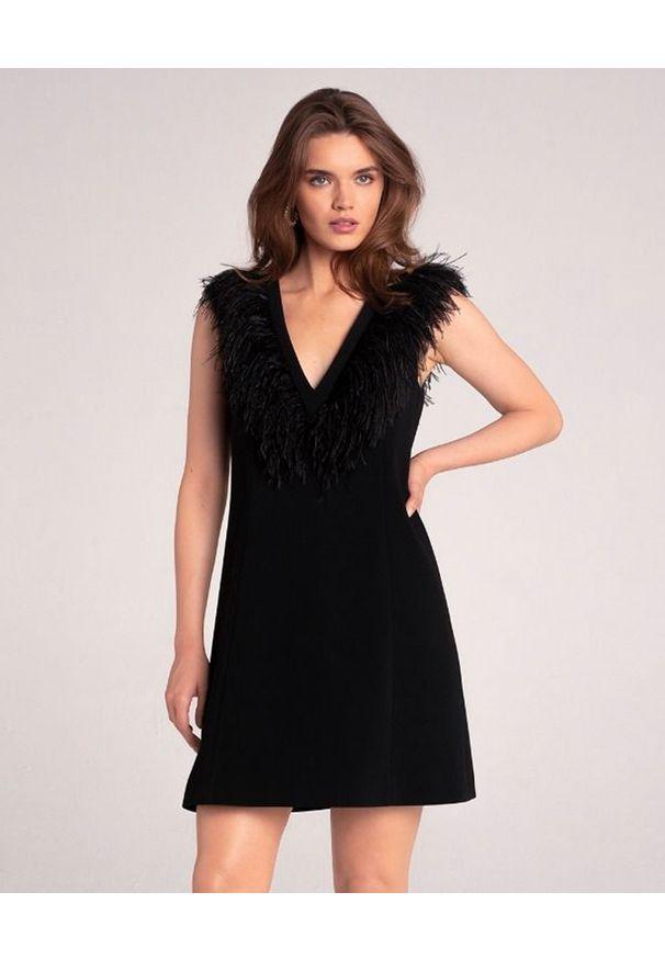 LA MANIA - Sukienka z piórami Foga. Okazja: na imprezę. Kolor: czarny. Wzór: aplikacja. Typ sukienki: rozkloszowane. Styl: elegancki. Długość: mini