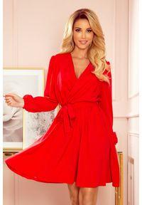 Numoco - Rozkloszowana sukienka z kopertowym dekoltem czaerwona. Okazja: na wesele, na ślub cywilny, na imprezę. Typ sukienki: kopertowe. Styl: elegancki
