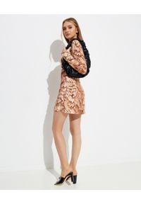 NANUSHKA - Sukienka z wycięciem Tess. Kolor: brązowy. Materiał: materiał. Długość rękawa: długi rękaw. Wzór: nadruk, aplikacja. Styl: klasyczny. Długość: mini