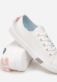 Renee - Biało-Różowe Trampki Cahryss. Nosek buta: okrągły. Zapięcie: sznurówki. Kolor: biały. Szerokość cholewki: normalna. Wzór: aplikacja. Obcas: na płaskiej podeszwie