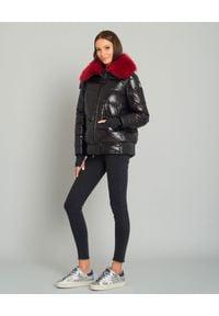 MONCLER - Czarna kurtka z futrem. Kolor: czarny. Materiał: futro. Wzór: gładki. Sezon: zima