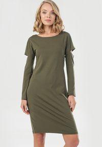 Born2be - Khaki Sukienka Syringa. Kolor: brązowy. Materiał: dzianina. Długość rękawa: długi rękaw. Wzór: jednolity. Długość: midi